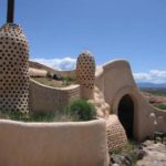 Earthship costruita con materiali di scarto